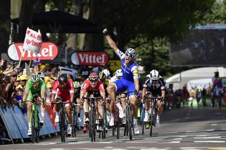 Kittel festeja con mucha euforia al ganar por segunda ocasión una etapa del Tour. (Foto Prensa Libre: AFP)