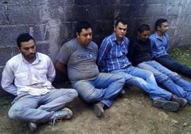 Cinco presuntos delincuentes fueron capturado al enfrentarse con la Policía luego de haber robado un camión con café. (Foto Prensa Libre: Eduardo Sam Chun)
