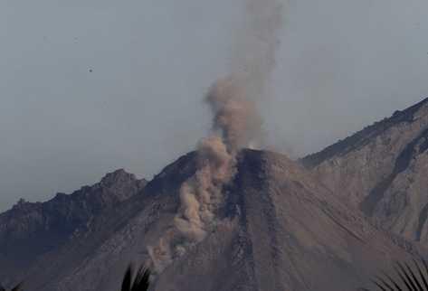 El volcán Santiaguito registró actividad leve esta mañana. (Foto Prensa Libre: Luis Barrios)