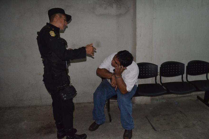 Gabriel Cárdenas Mazariegos luego de ser capturado por intentar sustraer un compresor del Hospital Nacional de Retalhuleu. (Foto Prensa Libre: Jorge Tizol).