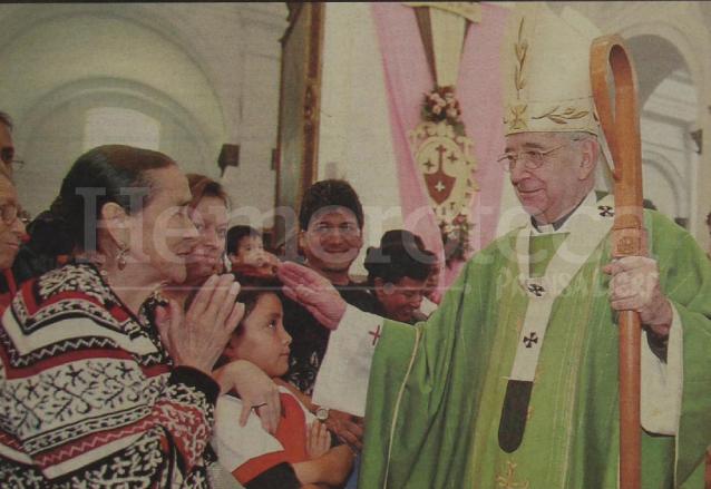 Monseñor Quezada es felicitado por varios feligreses al finalizar la misa dominical donde se dió a conocer la noticia de su nombramiento como Cardenal. (Foto: Hemeroteca PL)