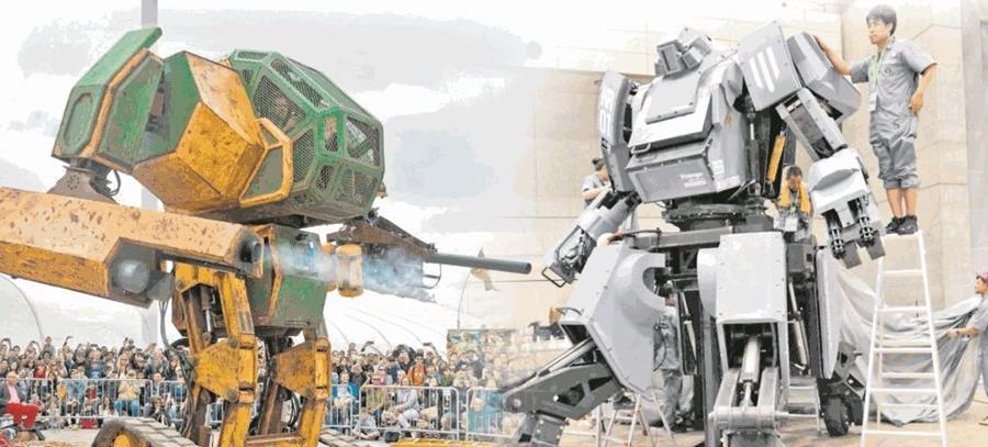 El Mark II, -Izq.- de 5.4 toneladas, incluye cañones y se controla por una persona. Kuratas -derecha- pesa 4 toneladas y se maneja desde dentro.