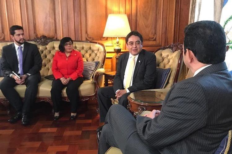 El PDH Jordán Rodas visitó al presidente Jimmy Morales el 21 de agosto de este año. (Foto Prensa Libre: Hemeroteca PL)