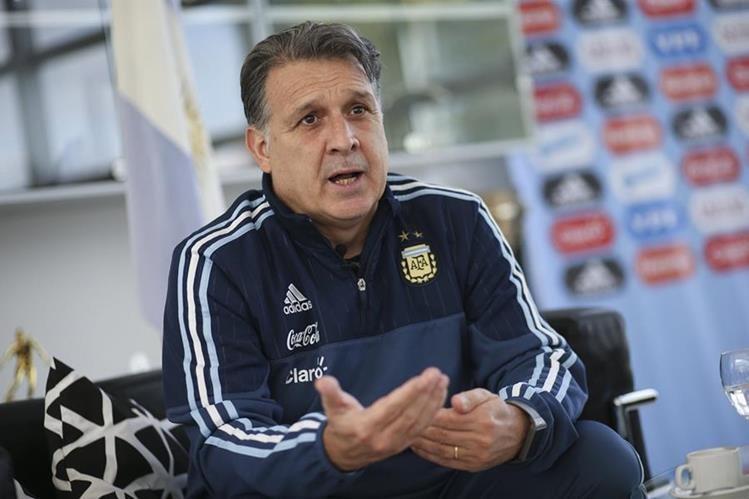 El técnico Gerardo Martino asegura que siempre es importante la presencia de Leo Messi en la selección albiceleste. (Foto Prensa Libre: AFP)
