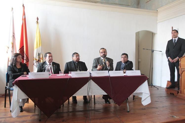 Autoridades explican el proceso de restauración del Señor Sepultuado de El Calvario. (Foto Prensa Libre. Ángel Elías)