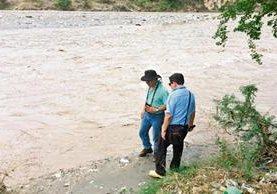 La cantidad de basura en la ribera del río Motagua quedó registrada en el estudio del 2009. La fotografía de la derecha, tomada en junio, muestra que nada se ha hecho y que el problema se ha incrementado en los últimos seis años.