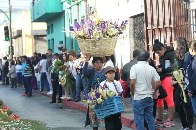 Guatemaltecos en la capital celebran el Domingo de Ramos.