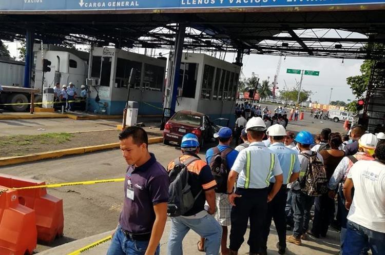 Agentes de la PNC resguardan el lugar donde ocurrió un accidente de tránsito que dejó tres personas muertas, en Escuintla. (Foto Prensa Libre: Carlos E. Paredes)