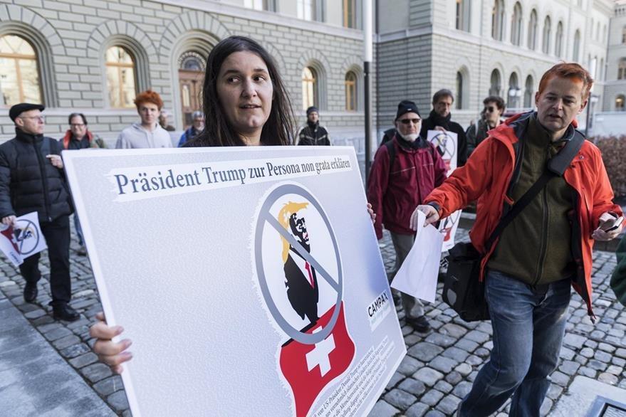 Una activista de la oenegé Campax protesta frente a la sede la Cancillería en Berna,Suiza.(EFE).