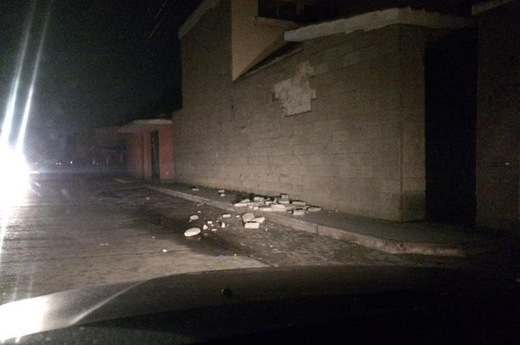 Algunas fachadas de adobe se cayeron en Quetzaltenango.