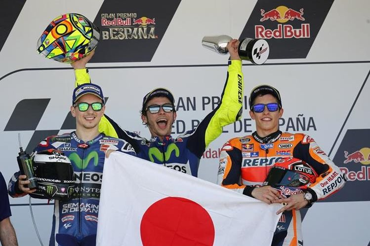 El piloto italiano de Moto GP Valentino Rossi (Yamaha) (c) junto a los españoles Jorge Lorenzo (Yamaha) (i) y Marc Márquez (Repsol) (d). (Foto Prensa Libre: EFE)