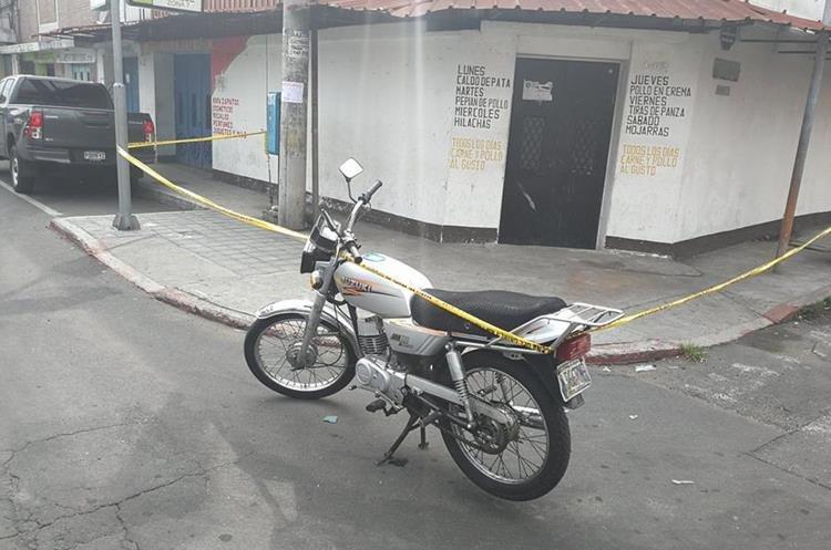 El supuesto asaltante se bajó de la moto y se desmayó en la banqueta. (Foto Prensa Libre: Carlos Álvarez)