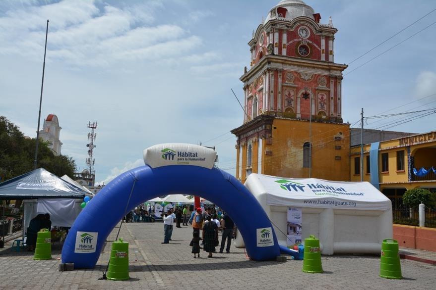 La primera Feria de la Construcción de Sololá se llevó a cabo en el centro histórico de esa ciudad. (Foto Prensa Libre: Édgar René Sáenz)