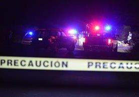 Peritos examinan el sitio donde fueron hallados al menos 8 hombres sin vida y desmembrados en Tixtla, Guerrero. (Foto Prensa Libre: EFE).