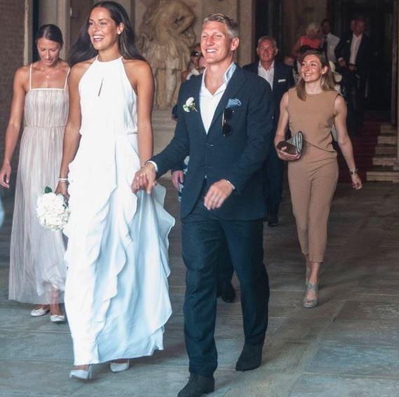 La pareja de deportistas salen sonrientes después de casarse este martes en Valencia. (Foto Prensa Libre: Diario Bild)