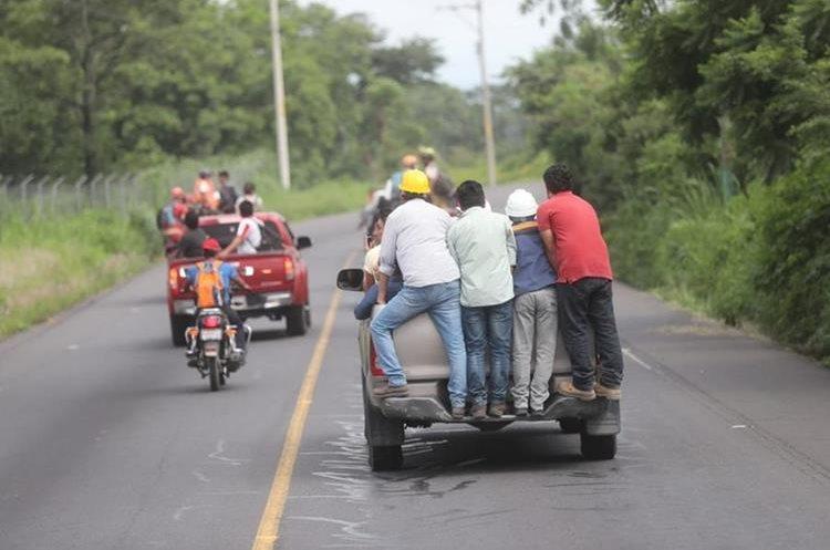 Las entidades encargadas del monitoreo del volcán avisaron a tiempo y decenas de personas se movilizaron en vehículos resguardando sus vidas.