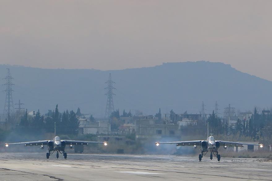 Aviones rusos Su-24 despegan en Siria durante ataques contra zonas rebeldes. (AFP)