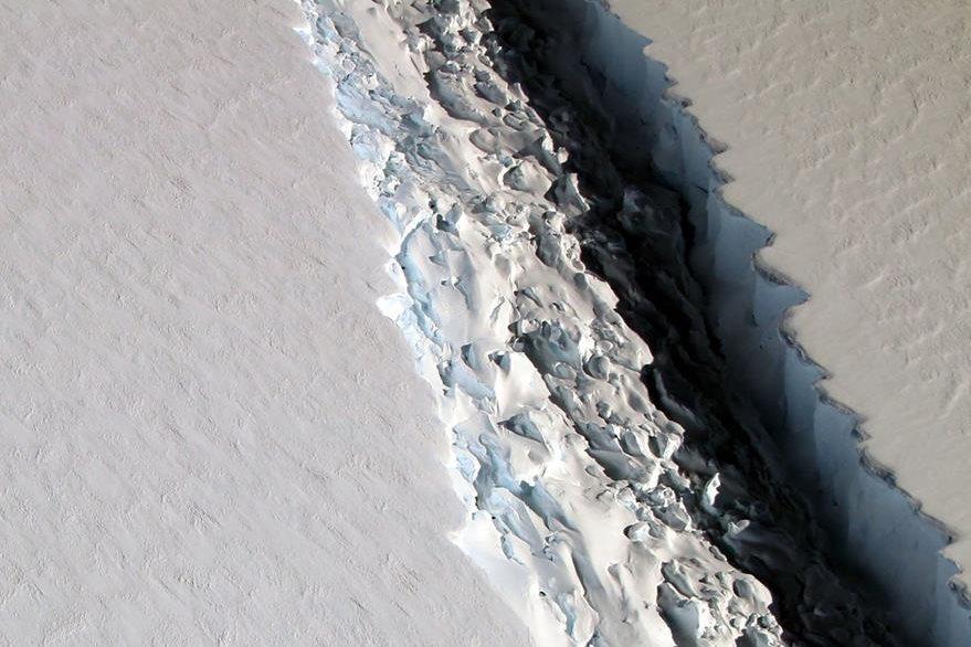 Grieta en el iceberg al 1 de diciembre del 2016, actualmente solo faltan 20 kilómetros para que se separe. (Foto Prensa Libre: AFP)