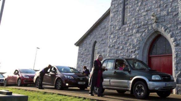 Por momentos se hizo una fila de vehículos en las afueras de la Iglesia. (Foto: @UTV)