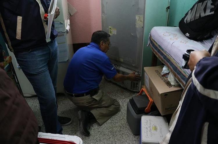 Un técnico inspecciona las refrigeradoras que resultaron afectadas. (Foto Prensa Libre: María José Longo)