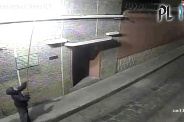 Sujetos son captados por cámara de seguridad cuando roban una lámpara en Xela. (Foto Prensa Libre)