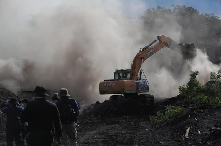 Maquinaria pesada remueve el material para despejar los caminos que llevarán a los cuerpos de socorro a lugares que aún siguen incomunicados.