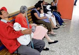 Pacientes en la periférica de la Primero de Julio, zona 5 de Mixco, esperan recibir atención inmediata. (Foto Prensa Libre: Esbin García)