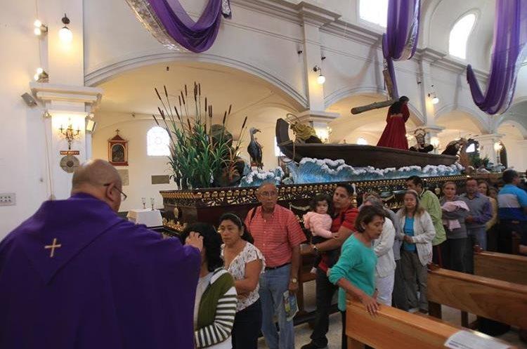 En la iglesia de San José ya se puede apreciar la procesión del día de mañana, primer jueves de Cuaresma, de Jesús de los Milagros.