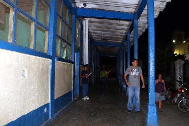 Pasillo de la Escuela Oficial Urbana Mixta Para Adultos en San Sebastián, Retalhuleu, queda a oscuras por robo de lámparas. (Foto Prensa Libre: Rolando Miranda)