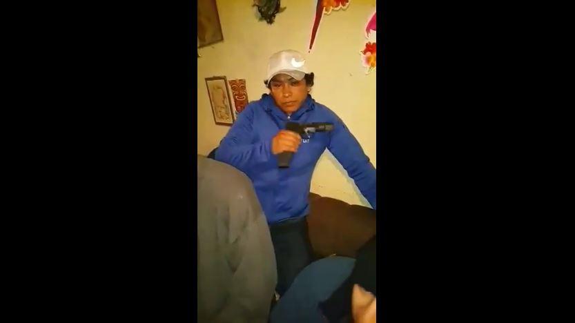 Carlos Israel Girón Pascual en el video grabado antes de los ataques contra la PNC. Foto Prensa Libre: PNC.