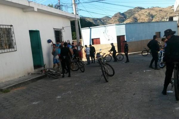 <p>Agentes de la PNC registran a transeúntes en un área de la Colonia del Norte, en la cabecera de Jutiapa. (Foto Prensa Libre: Óscar González)</p>