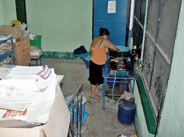 La cocina ha sido utilizada como bodega de libros y escritorios en mal estado. (Foto Prensa Libre: Héctor Contreras).