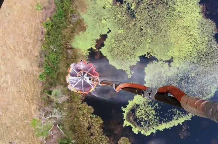 Un helicóptero de Honduras apoyo para controlar los incendio forestal en Laguna del Tigre, Petén. (Foto Prensa Libre: cortesía Conap)