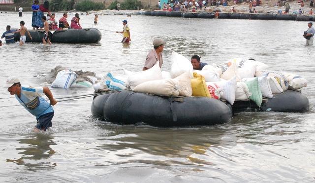 Es usual observar en las márgenes del río Suchiate balsas que transportan mercadería desde el lado mexicano. (Foto Prensa Libre: Alexander Coyoy).