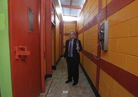 El juez Miguel Ángel Gálvez recorre la cárcel Matamoros, previo a anunciar la suspensión de los traslados. (Foto Prensa Libre: Érick Avila)