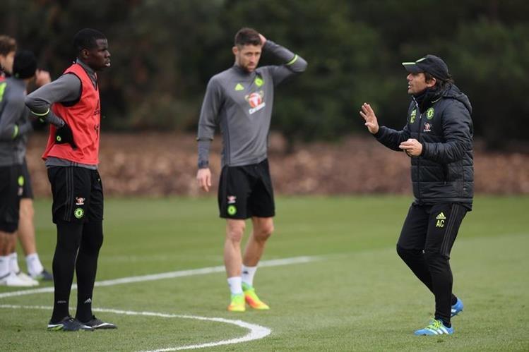 Antonio Conte da instrucciones a sus jugadores durante el entrenamiento de este viernes. (Foto Prensa Libre: Twitter Chelsea)