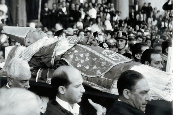 Juan XXIII es llevado a la Plaza de San Pedro durante su funeral en 1963. (Foto Prensa Libre: AP)