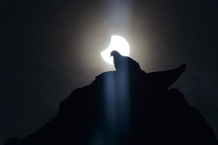 Observar el eclipse solar sin equipo adecuado puede provocar ceguera
