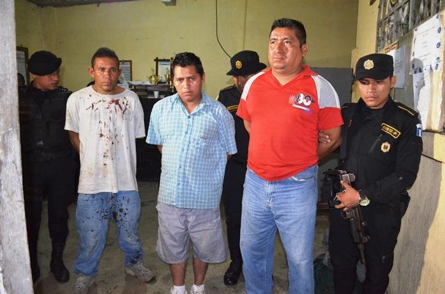 Jairo Baulio Ramírez, Rubén de Jesús de León Castañeda y Carlos Roberto Méndez López, que fueron interceptados con un picop robado. (Prensa Libre: Jorge Tizol)