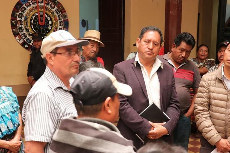 El alcalde de Santa Cruz del Quiché escucha las peticiones de los dirigentes de Pueblos Kiche´s. (Foto Prensa Libre: Héctor Cordero)