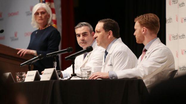 """El doctor Kanter (centro) dice que Warmbier se encuentre en estado """"vigilia inconsciente""""."""