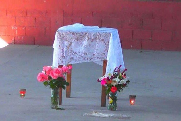 Mesa de donde fueron restirados los restos del menor en Nueva Santa Rosa, Santa Rosa. (Foto Prensa Libre: Oswaldo Cardona).