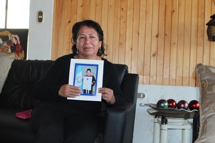 Blanca García Constanza sostiene la fotografía de su hijo ultimado el fin de semana en la ruta hacia San Juan Ostuncalco. (Foto Prensa Libre: Aroldo Marroquín).