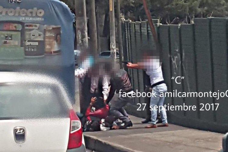 Agentes encubiertos de la PNC evitaron un asalto a pasajeros de un bus. (Foto Prensa Libre: Amílcar Montejo)