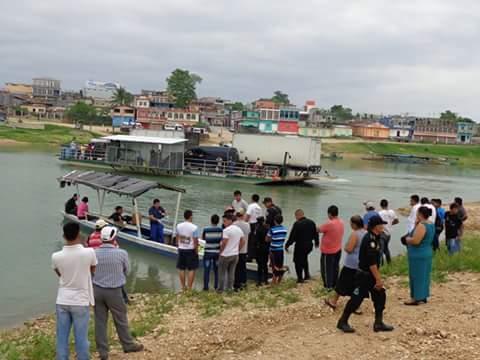 Autoridades identifican el cadáver de un joven que se ahogó en el río La Pasión, Sayaxché, Petén. (Foto Prensa Libre: Rigoberto Escobar)