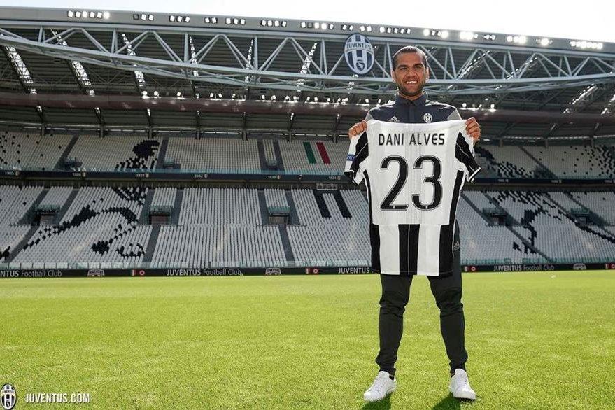 El lateral sudamericano posa sobre la gramilla del Juventus Stadium con la camisa de su nuevo equipo donde utilizará el número 23. (Foto Prensa Libre: Juventus de Turín)