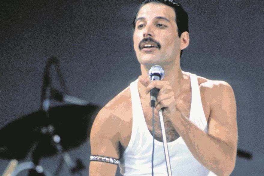 Freddie Mercury durante la presentación de Queen en el festival Live Aid en el estadio de Wembley, Londres en 1985. (Foto: Hemeroteca PL)