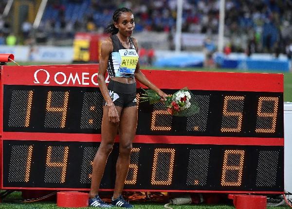 Almaz Ayana de Etiopía, tras ganar la carrera femenina 5000 metros donde impuso nuevo récord. (Foto Prensa Libre: EFE).