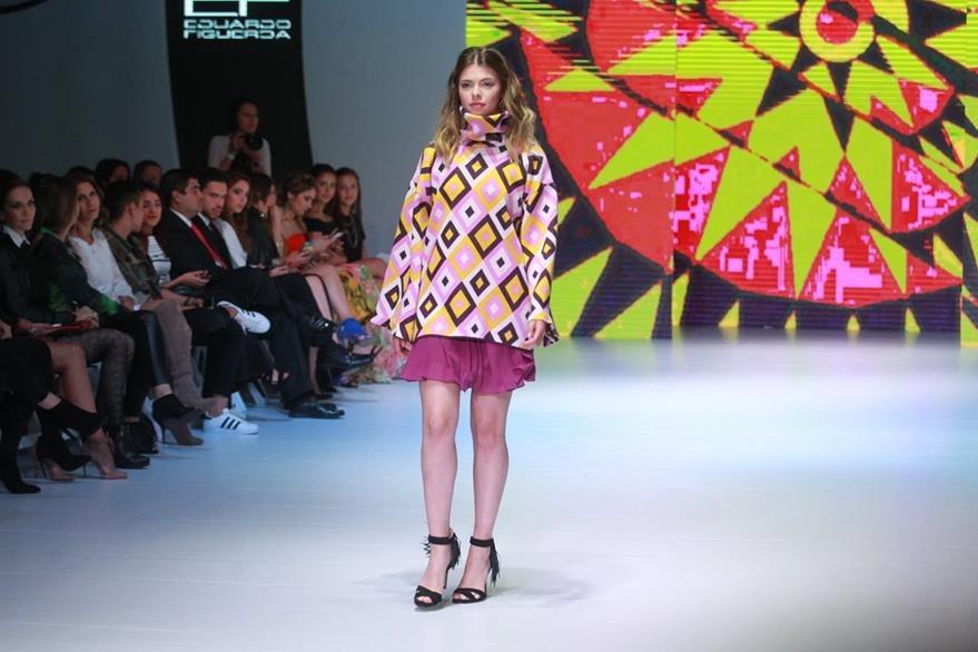 Los diseños de Estuardo Figueroa se inspiraron en los colores de los barriletes gigantes. (Foto Prensa Libre: Estuardo Paredes)