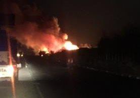 Incendio consume el restaurante Marea Roja en el kilómetro 86 de la ruta al Atlántico. (Prensa Libre: Cortesía)